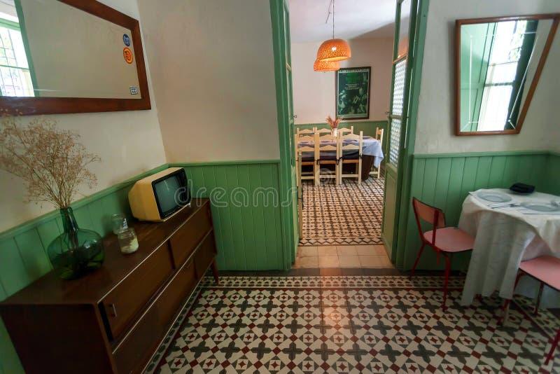 Assoalho retro do aparelho de televisão e do vintage dentro do restaurante velho com interior do estilo antigo imagens de stock royalty free