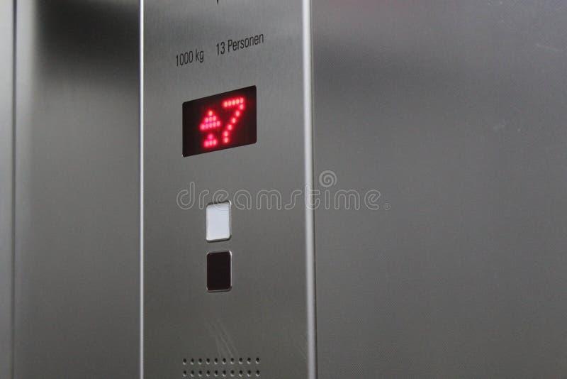 Assoalho sete A exposição no elevador mostra o número sete imagens de stock