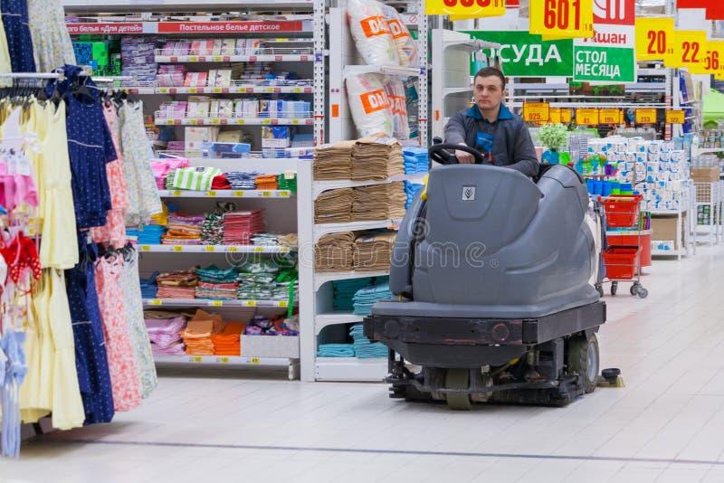 Assoalhos de lavagem em um carro especial no supermercado fotos de stock royalty free