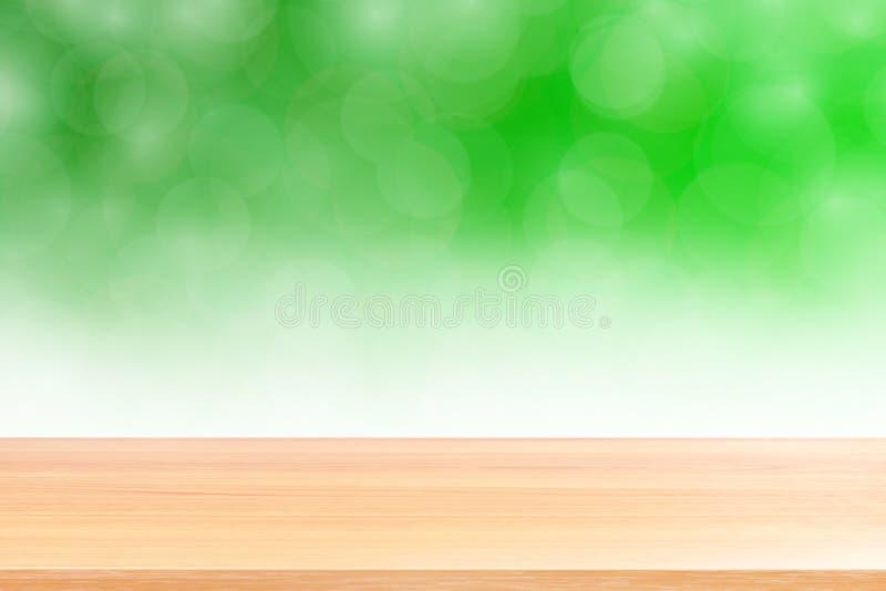 Assoalhos de madeira vazios da tabela no fundo verde macio borrado do inclinação do bokeh, prancha de madeira vazia na máscara cl imagem de stock