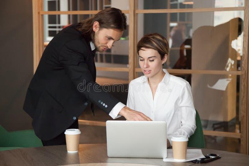 Associé de aide de chef masculin assistant le démarrage en ligne image stock