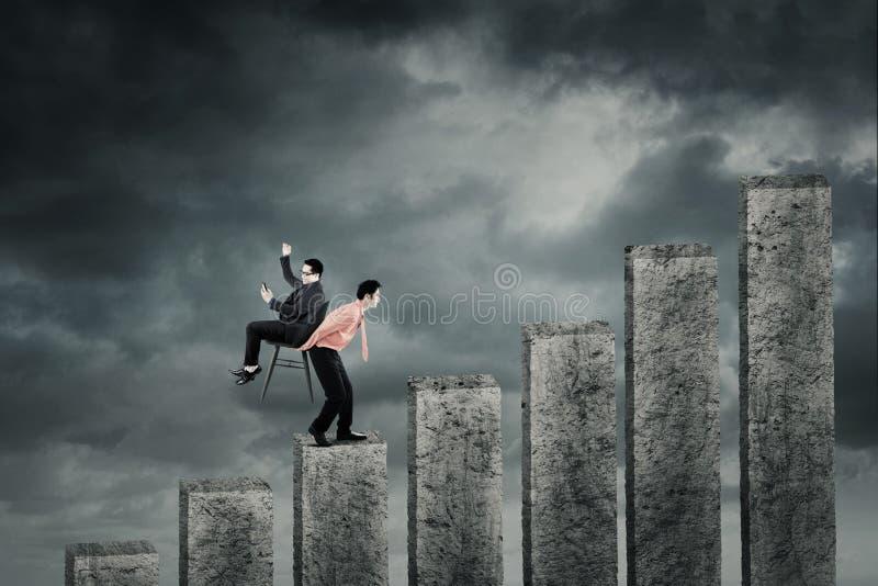 Associé de transport d'homme d'affaires sur le graphique de gestion photo stock