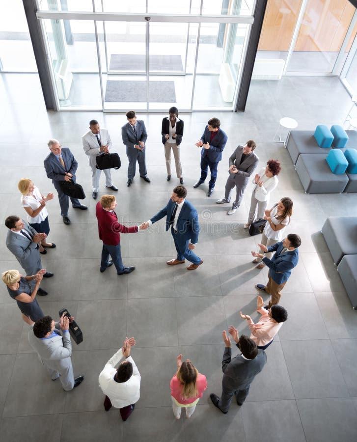 Associés ayant la réunion à la société images stock