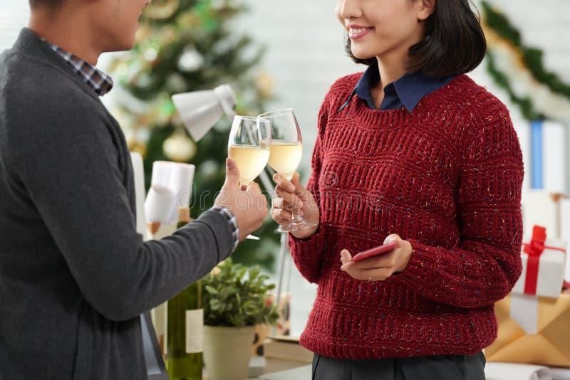 Associés célébrant Noël photographie stock libre de droits