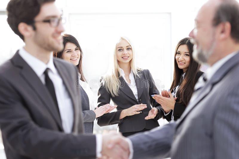 Associés de applaudissement d'équipe d'affaires après la signature du contrat photos libres de droits