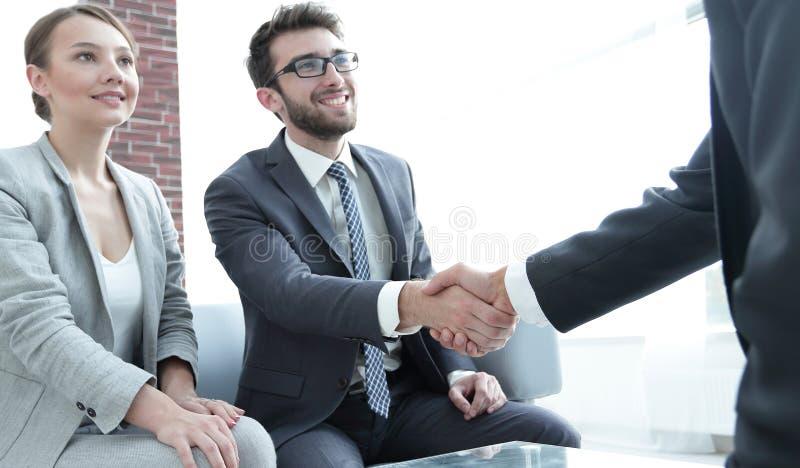 Associés de poignée de main après une réunion d'affaires photos libres de droits