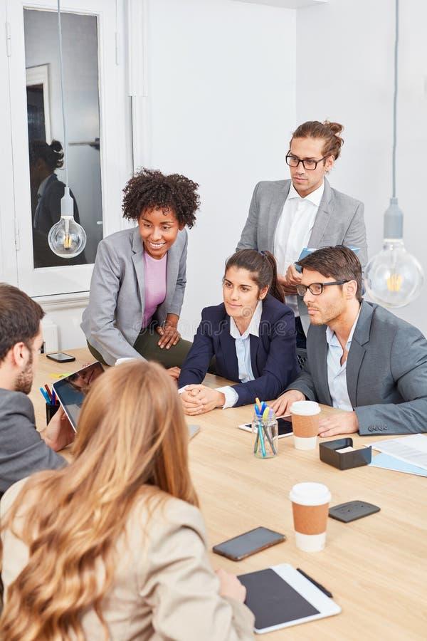Associés discutant dans une négociation photos libres de droits