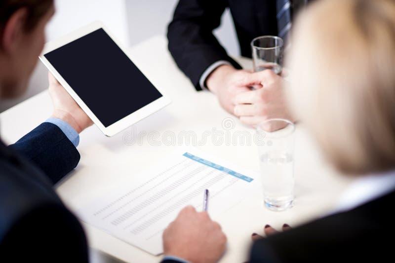 Associés discutant des documents photos stock