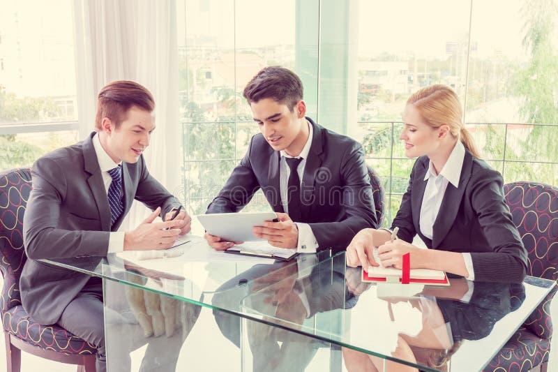 Associés discutant des documents et des idées photographie stock