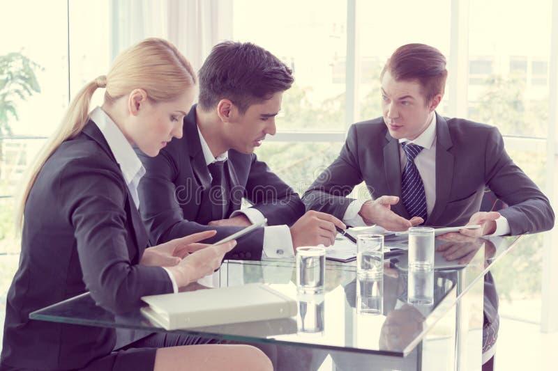 Associés discutant des documents et des idées photos stock