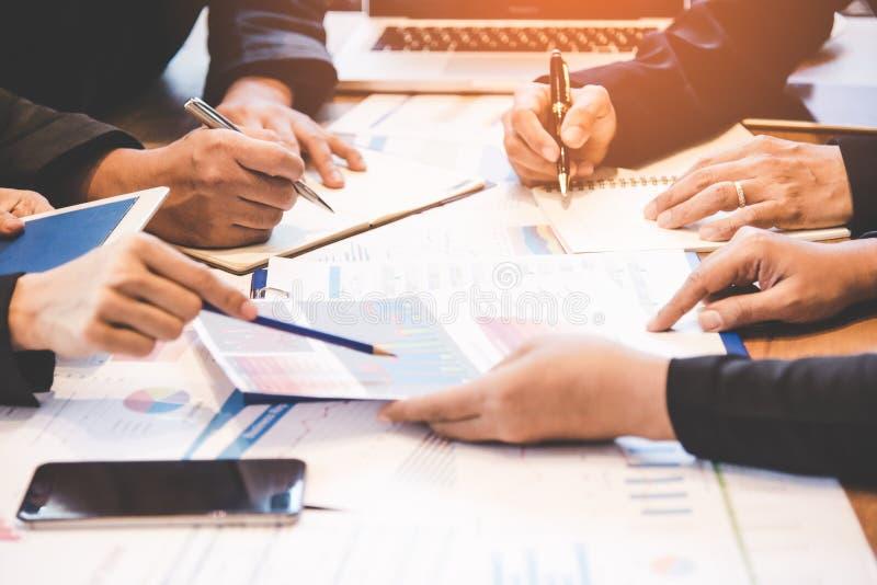 Associés discutant le graphique de financier, image stock