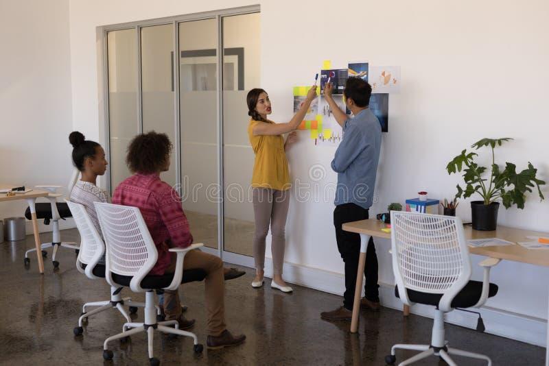 Associés divers présent aux collègues dans un bureau moderne lumineux images libres de droits