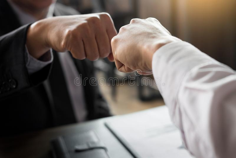 Associés donnant la bosse de poing au début de salutation d'engagement image stock