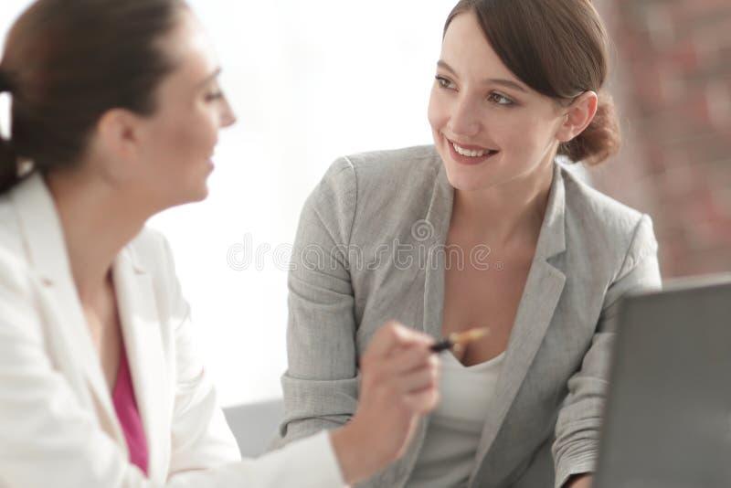Associés féminins pour discuter le projet commun images stock
