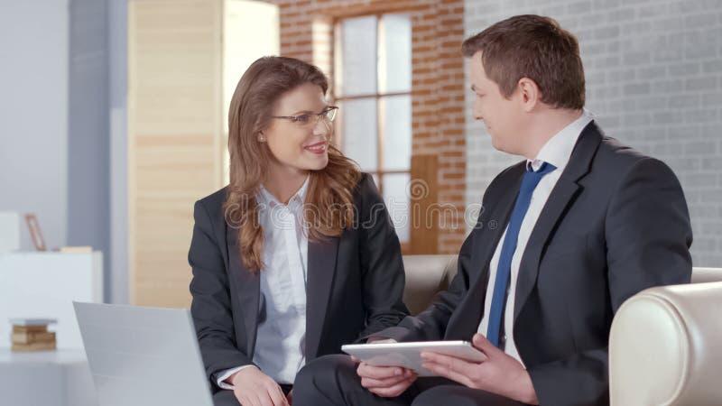 Associés positifs communiquant agréablement, négociations réussies image stock