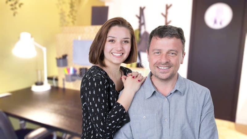 Associés réussis attirants avec l'homme et la jeune femme posant le sourire avec confiance images libres de droits