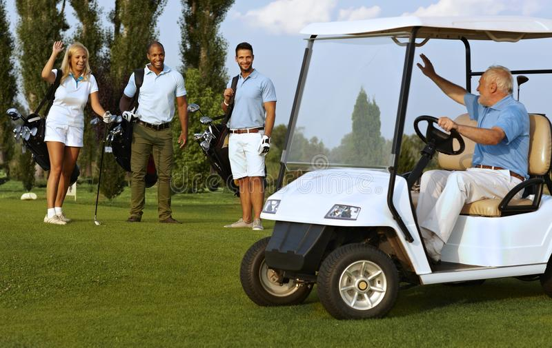 Associés se réunissant sur le terrain de golf images libres de droits