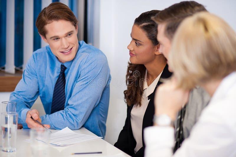 Associés sur le lieu de travail discutant une idée image libre de droits