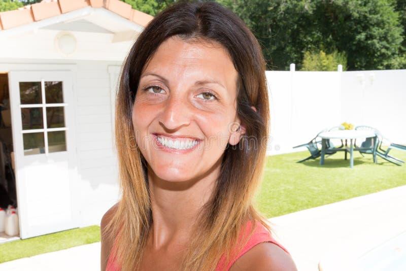 associação atrativa da parte dianteira da jovem mulher no jardim fotografia de stock royalty free