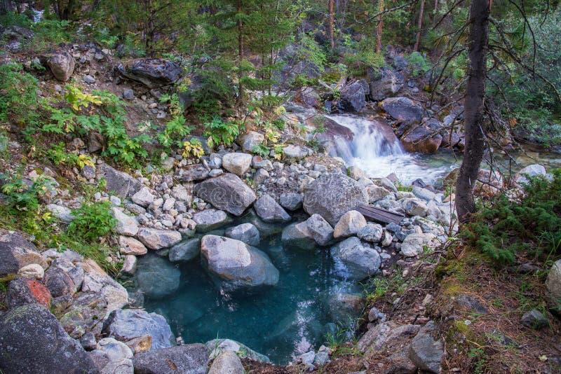 Associação azul com água quente natural do córrego perto do rio da montanha em Hoytogol, Buriácia, Sayan oriental foto de stock royalty free
