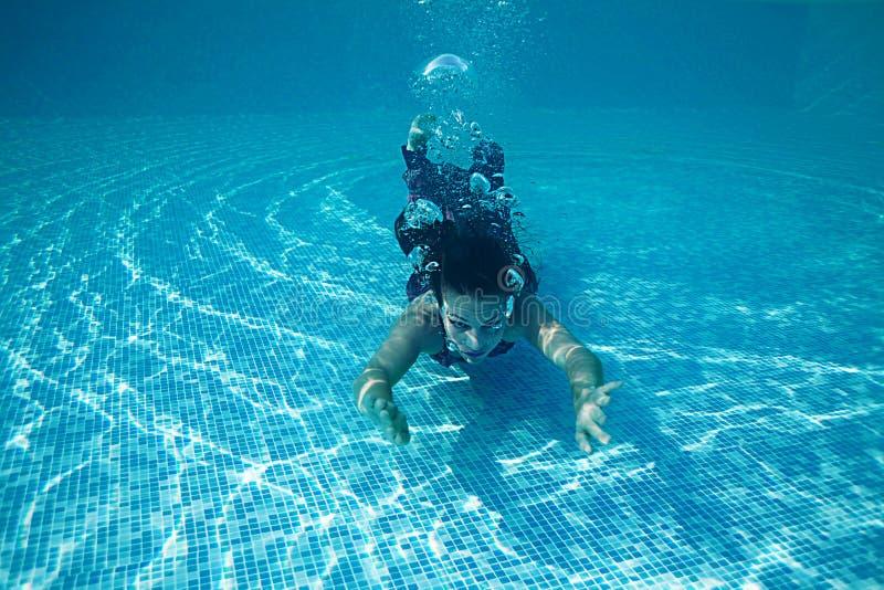 Associação azul do dia ensolarado da nadada subaquática bonita do mergulho do vestido da menina da mulher imagens de stock royalty free