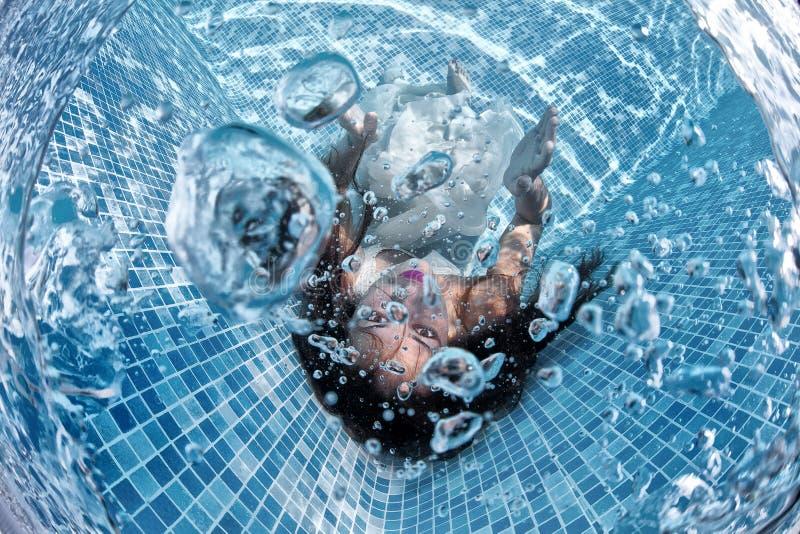 Associação azul do dia ensolarado da nadada subaquática branca bonita do mergulho do vestido da menina da mulher imagens de stock royalty free