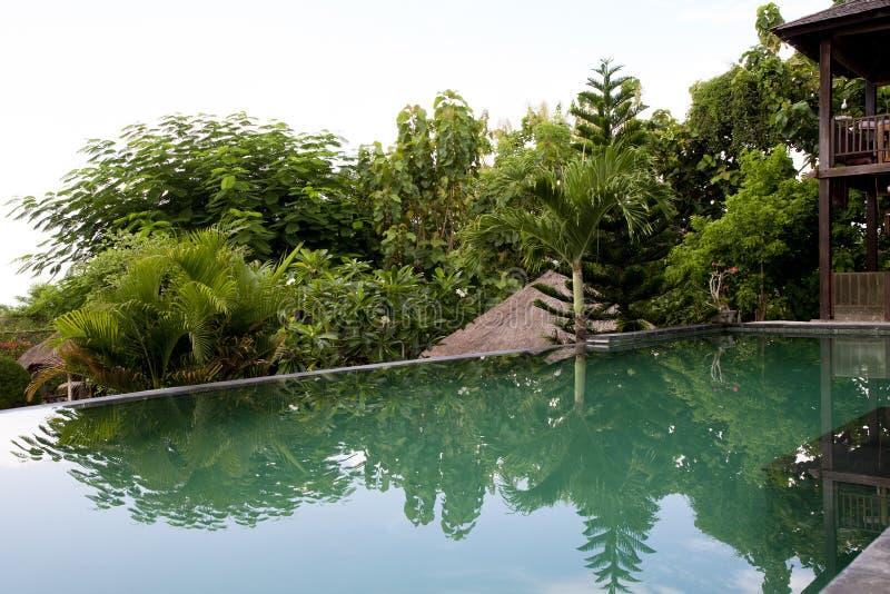 Associação da infinidade da casa de campo Uma associação da infinidade do Balinese na vila imagens de stock