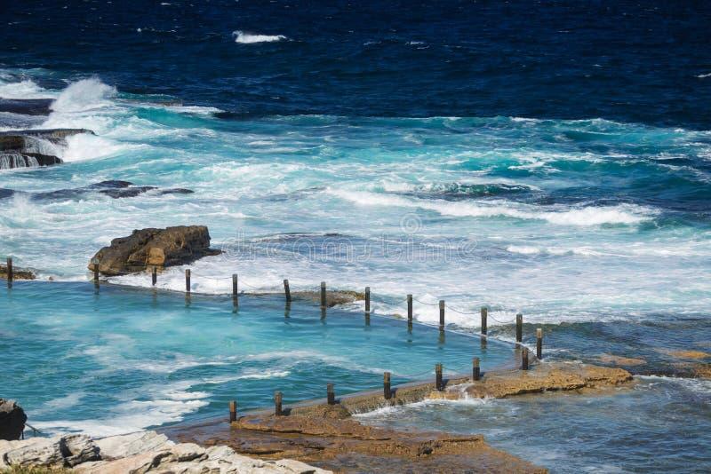 A associação da rocha na praia de Maroubra fotos de stock royalty free