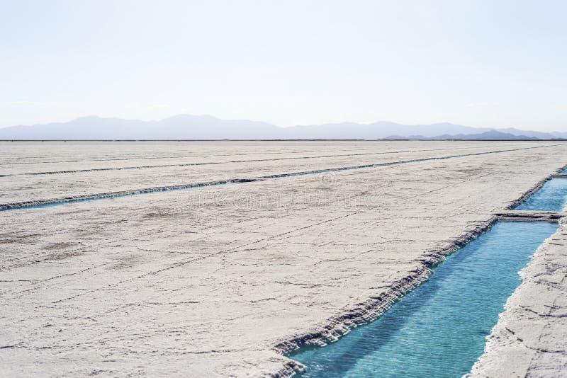 Associação de água em Salinas Grandes Jujuy, Argentina foto de stock royalty free