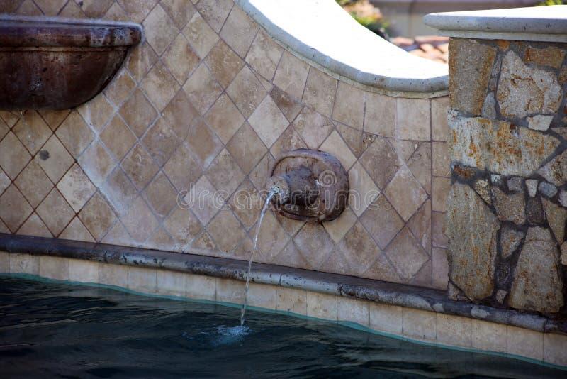 Associação espanhola luxuoso do estilo com a fonte luxuosa da característica da água na casa de campo lindo com vista para o mar  foto de stock