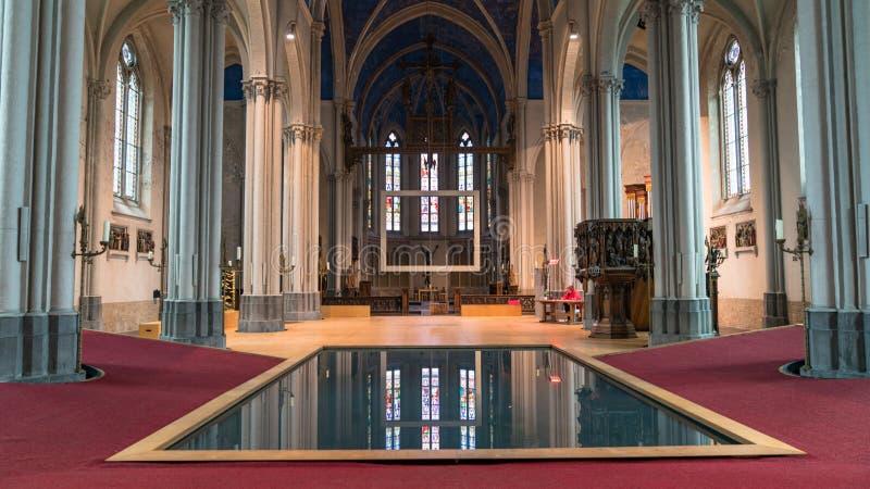 Associação interior da igreja de St Magdalene na cidade de Bruges, Bélgica imagens de stock