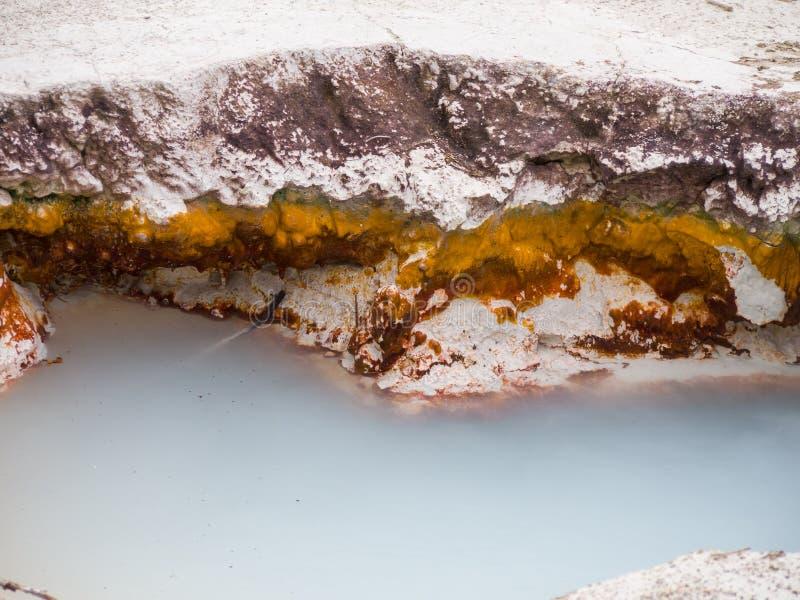associação Leitoso-azul em uns potenciômetros de pintura dos artistas, Yellowstone imagens de stock