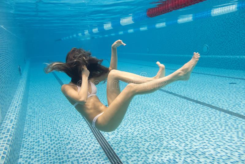 Associação subaquática da nadada da menina no roupa de banho 'sexy' do biquini foto de stock
