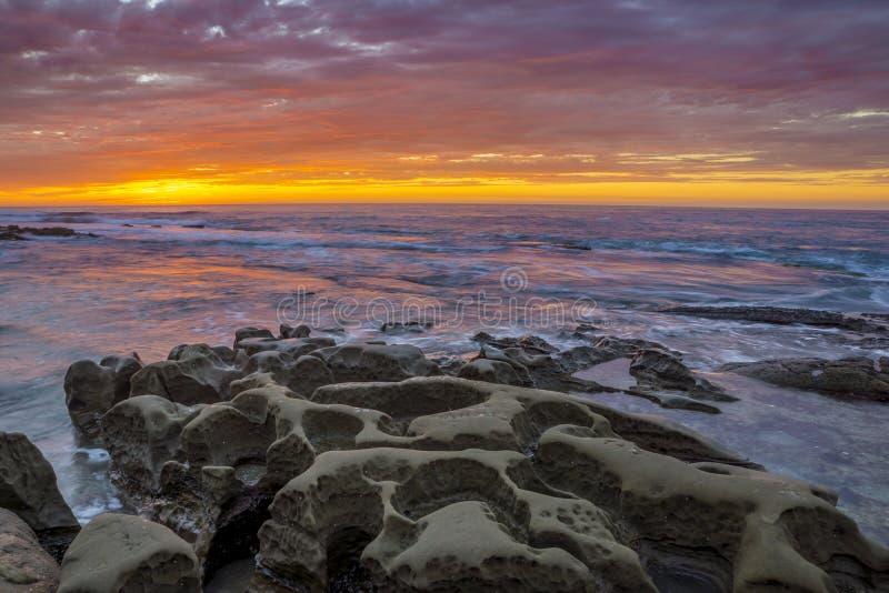 Associações da maré de La Jolla com o céu colorido do por do sol fotos de stock royalty free