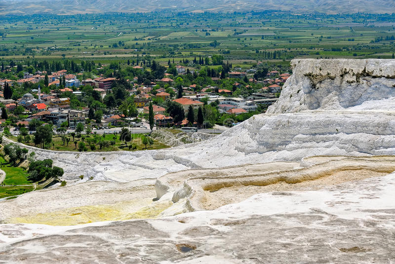 Associações do Travertine e terraços em Pamukkale, Turquia imagem de stock royalty free