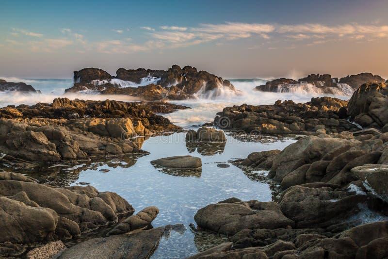 Associações maré com rochas e ondas do oceano fotos de stock royalty free