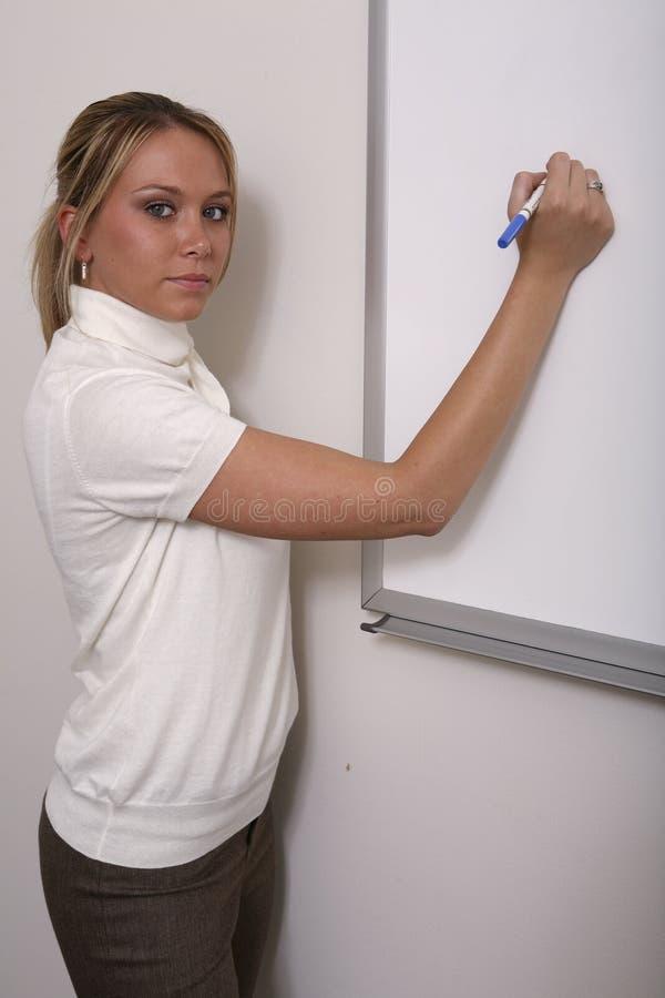 Associado da menina no fim do whiteboard fotografia de stock