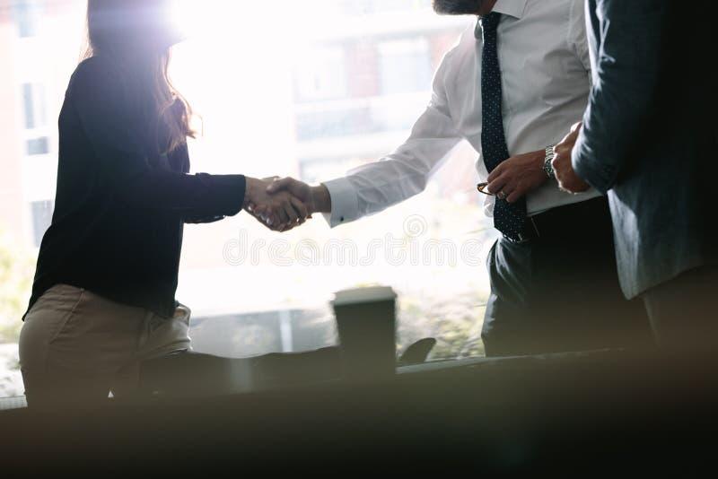 Associados de negócio que agitam as mãos após um negócio fotos de stock