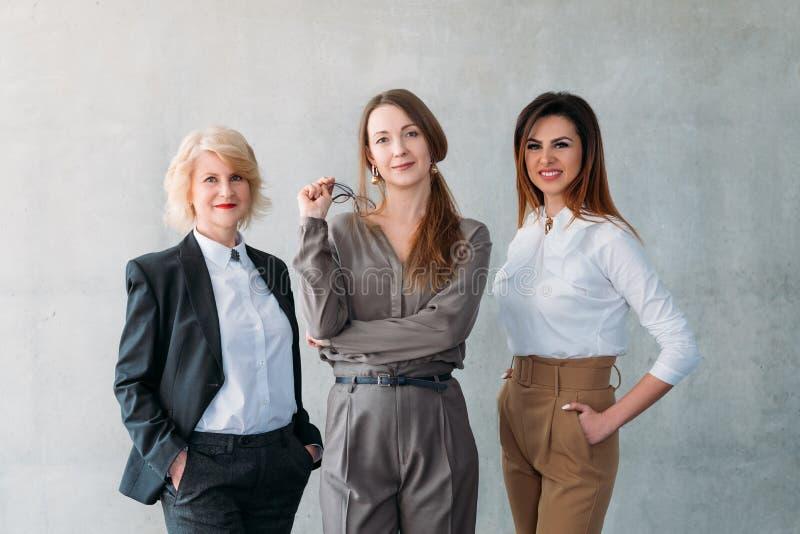 Association sûre réussie de femmes d'affaires photographie stock
