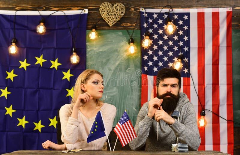 Associazione e finanza economiche Associazione fra gli S.U.A. e l'Unione Europea politico barbuto della donna e dell'uomo a fotografie stock