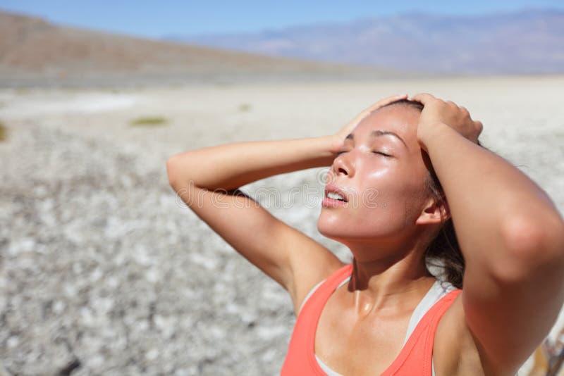 Assoiffé de femme de désert déshydraté dans Death Valley photos stock