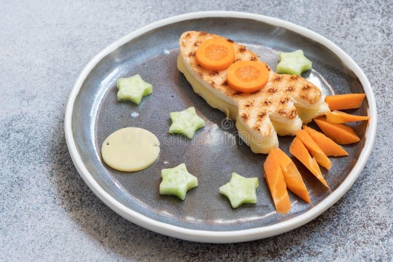 Assomigliare arrostito divertente del panino del formaggio al razzo con le stelle fotografia stock libera da diritti