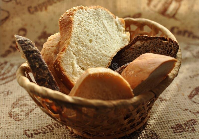 Assorted a coupé en tranches le pain dans un panier en osier photographie stock libre de droits