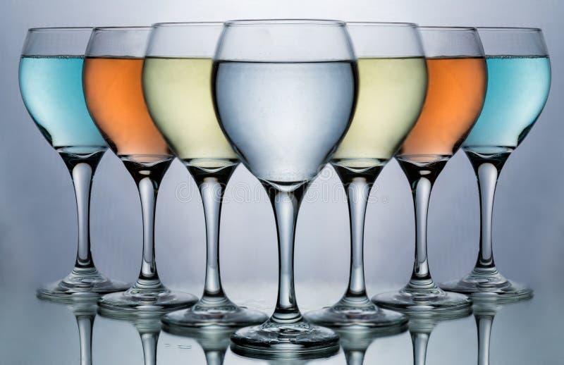 Assorted färbte Weinglas für Weinglas- und Lebensmittel- und Getränkliebhaber stockfotografie