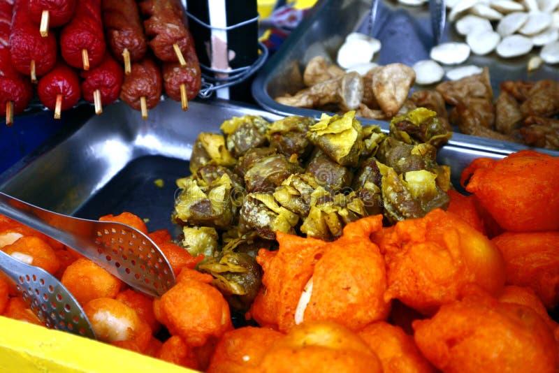 Assorted frió los snacks en un carro de la comida de la calle imagen de archivo libre de regalías
