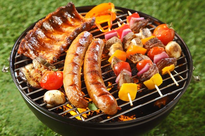 Assorted grillte Fleisch auf einem Sommergrill lizenzfreie stockfotografie