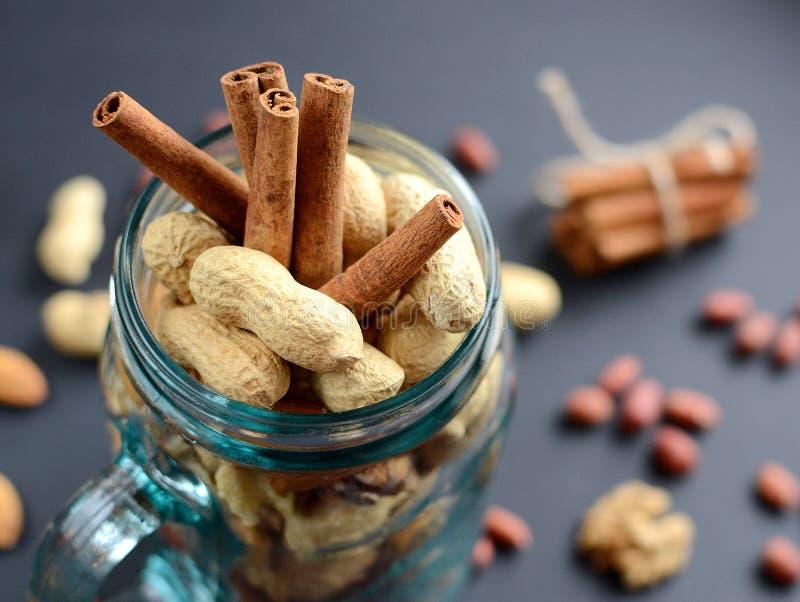 Assorted mischte Nüsse in einem Glasgefäß, in den Erdnüssen, in den Mandeln, in den Walnüssen und in den Samen des indischen Sesa lizenzfreie stockbilder