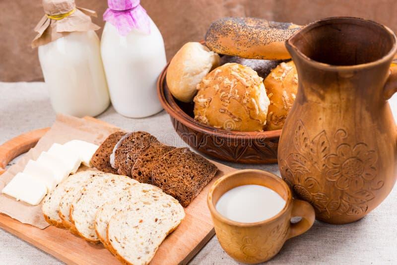 Assorted schnitt Brot, Käse und Milch für das Mittagessen stockbild