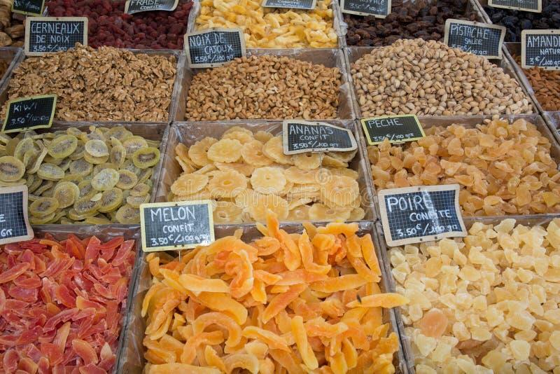 Assorted secó las frutas en el mercado francés fotos de archivo