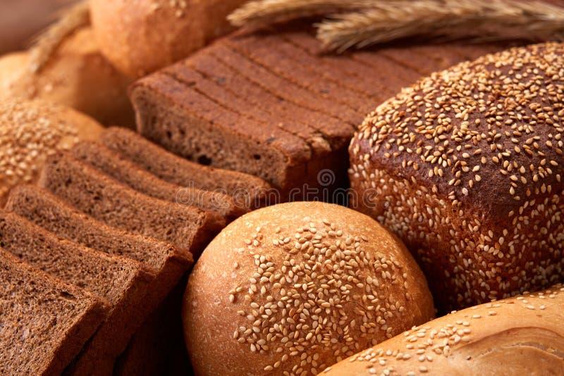 Assortement do pão tradicional recentemente cozido com as orelhas do trigo imagem de stock